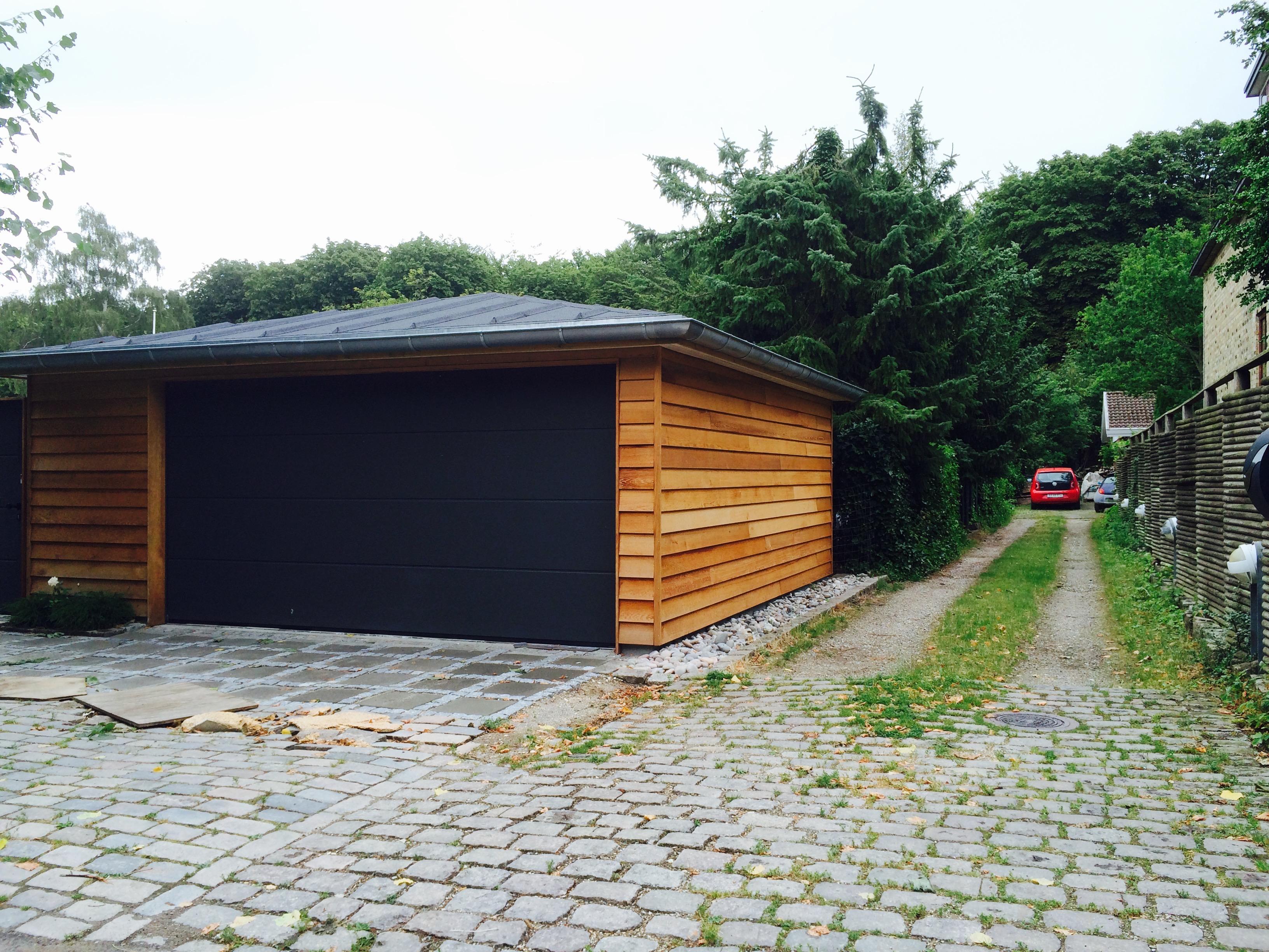Garage med port