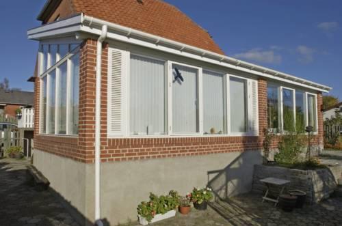 Speciel løsning med murede brystninger, som eksisterende hus