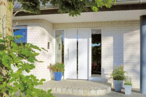 Hoveddør med smalt vindue vertikalt
