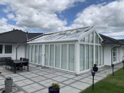 Indbygget i huset, på taget med enkelt udfyldningsplader som inddækning af eksisterende tag.