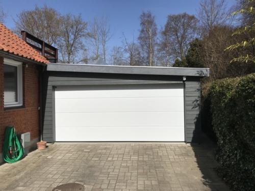 garage med port i indkørslens bredde