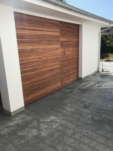 skydedør i garage med mahogni-listedækning