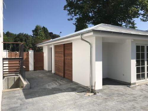 stor garage med mahogni