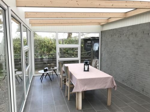 Indendørs udført med pudset væg, fliser samt gulv/loft vinduer hele vejen rundt